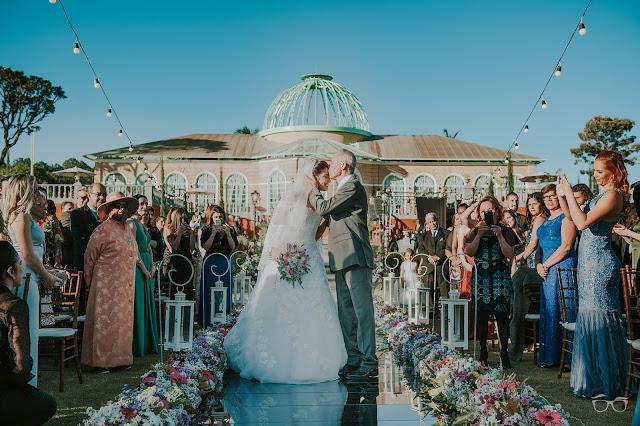 casamento real, casamento a céu aberto, casamento no jardim, casamento no campo, passarela de espelho, flores do campo, cerimônia, decoração de cerimônia, varal de lâmpadas, relicário, buquê da noiva, bouquet, vestido de noiva, vestido de renda, villa giardini, entrada da noiva, véu e grinalda, pai da noiva