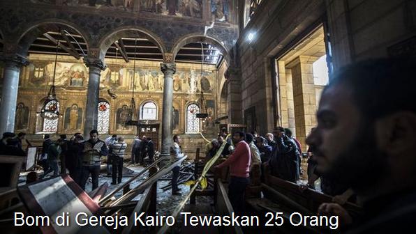 Petugas keamanan Mesir memeriksa lokasi ledakan bom di dalam sebuah gereja di Kairo, yang menewaskan sedikitnya 25 orang, 11 Desember 2016. (AFP)