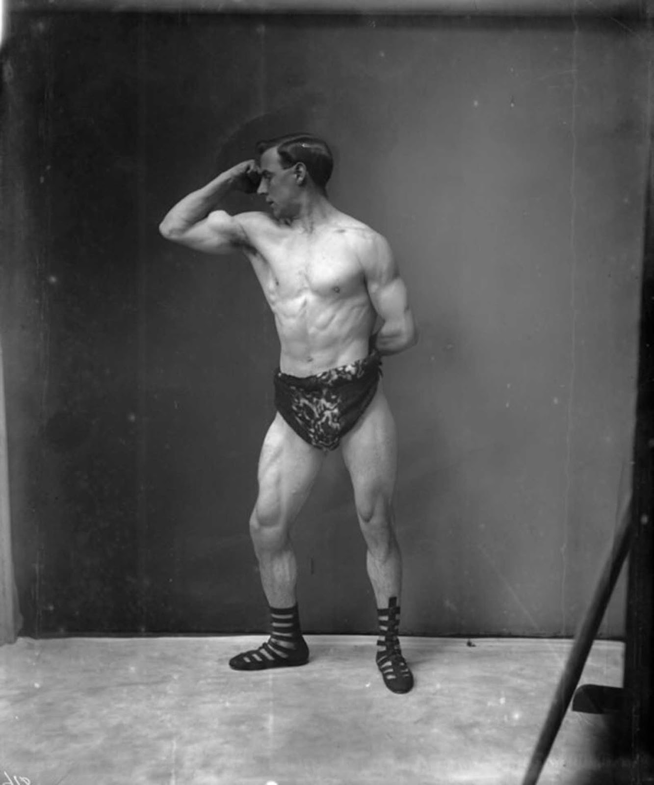 Un culturista conocido como el Sr. Eggleton, el gerente de la escuela física de Sandows en 1905.