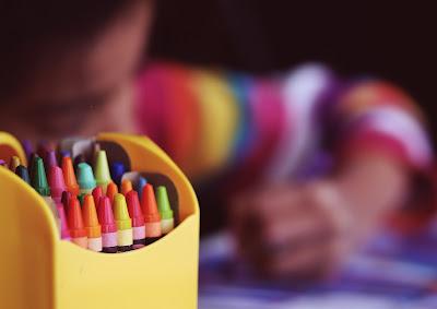 Niño coloreando con crayones