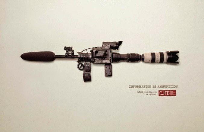 Arma  formada con artículos de prensa como cámaras, tripies, micrófonos para campaña publicitaria