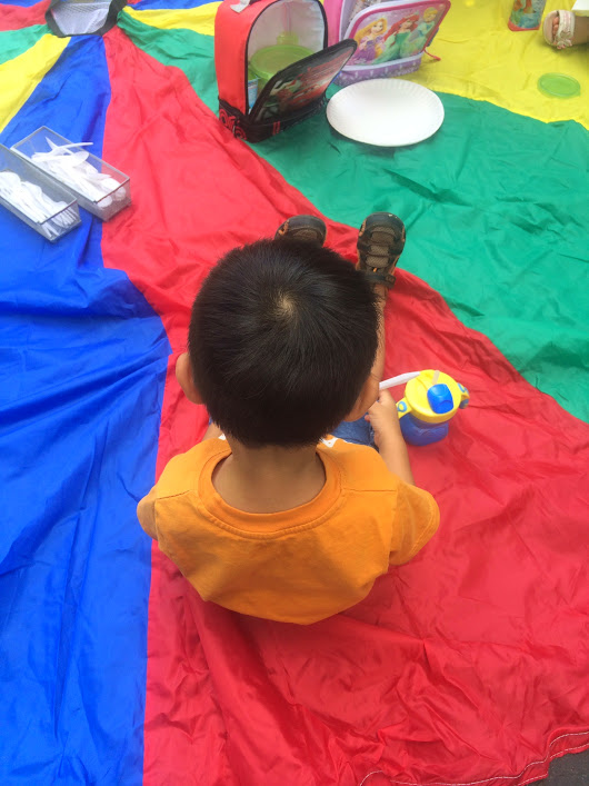 Young Toddlers: Picnic On A Parachute