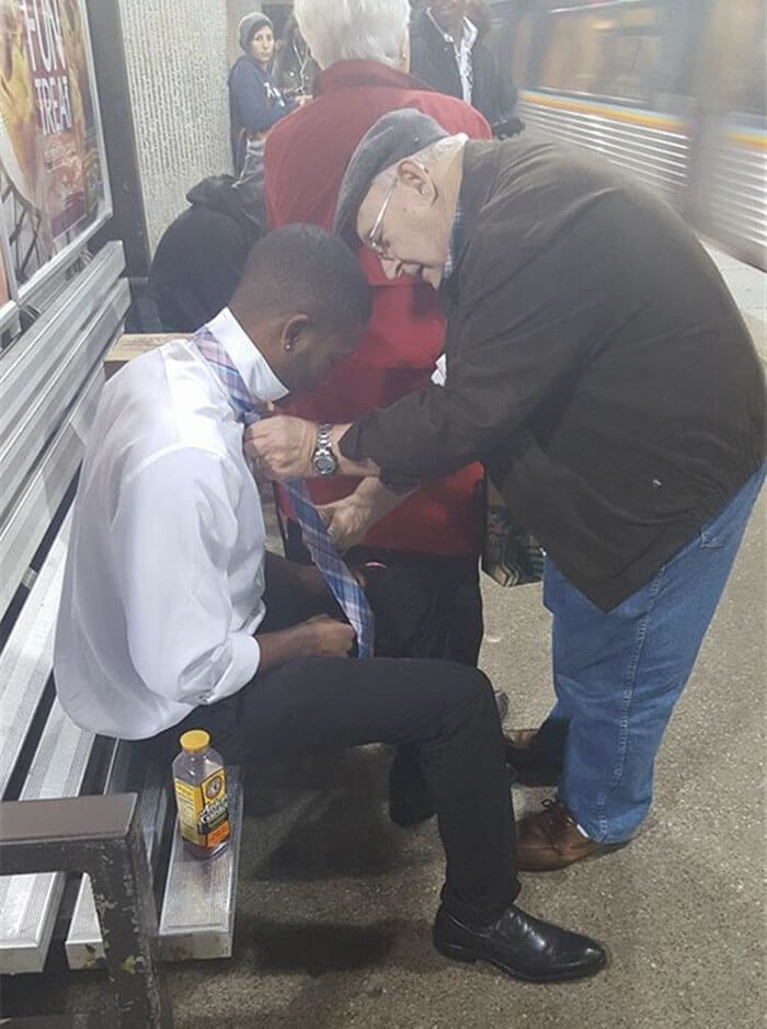 30 Heartwarming Photos That Restored Our Faith In Humanity - A Stranger Helping Out Another Stranger Struggling With His Tie