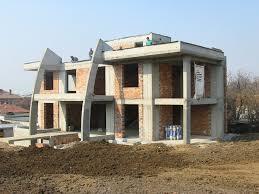 """Строителен Лидер ЕООД  има  опит в изграждането на еднофамилни къщи.  Можем да Ви изготвим подробна оферта за груб строеж """"или до ключ"""" след предоставени  чертежи по конструкция,  архитектура и количествена сметка. Всеки обект си има своите особености, посочените цени са ориентировъчни.   Съгласно ЗУТ """"Груб строеж"""" е сграда или постройка, на която са изпълнени ограждащите стени и покривът, без или със различна степен на изпълнени довършителни работи. Грубият строеж съдържа СМР (строително монтажни работи), които в по голямата си част са общи части на сградите - това са всички стоманобетонни елементи, като основи, плочи, греди, колони и други конструктивни елементи, стълбищата на сградите с режим на етажна собственост, покривът, общите клонове на вътрешните инсталации. Разгъната застроена площ  бива 2 вида архитектурна и конструктивна. Тук вече се работи по конструктивното РЗП. В папка конструкции вие можете да разгледате и да видите с колко колони ви е къщата, какви са вашите основи и как е проектирана армировката . Средната цена за """"груб строеж"""" на къща е 120 - 150 евро.Строителство до ключ  от 250 до 320 евро  В цената за груб строеж  или до ключ не влизат цени за подготовката на обекта за работа - ограждане на обекта, изкопи, санитарен възел, охрана на инструмент и материали,дрениране и хидроизолация на основите"""