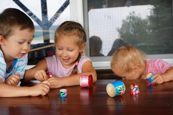 wspólna zabawa trojga dzieci na wakacjach