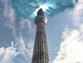 Fernsehturm mit lustigen Wolken