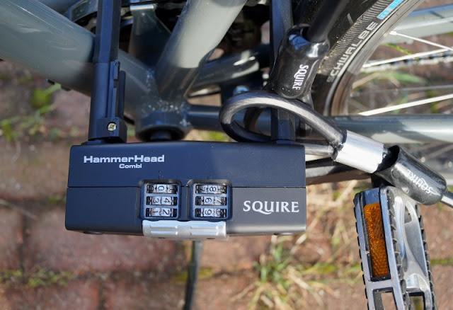 Mit einem sicheren Gefühl unterwegs: Die Fahrradschlösser von Squire. Wir kombinieren of ein Schlaufenkabel mit einem Bügelschloss, um mehrere Fahrräder auf einmal anschließen zu können.