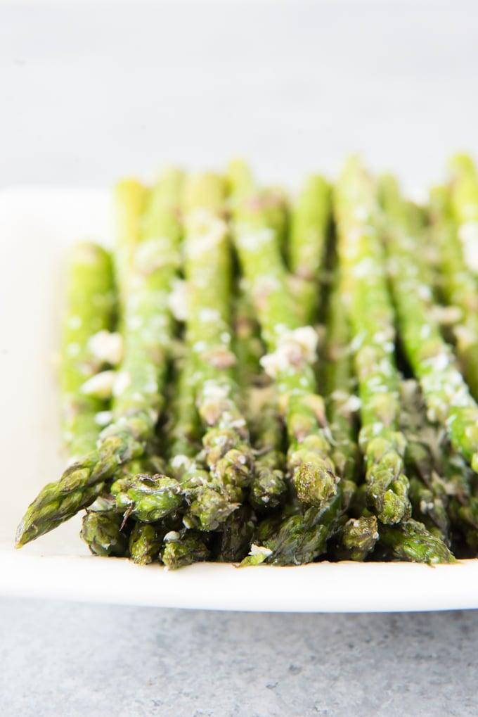 OVEN ROASTED ASPARAGUS WITH GARLIC, PARMESAN, & LEMON #dinner #healthy #asparagus #lemon #lunch