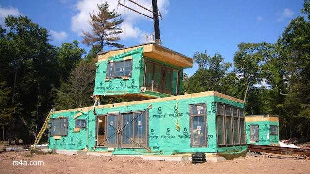 Descarga de módulos en el sitio de construcción para levantar una casa