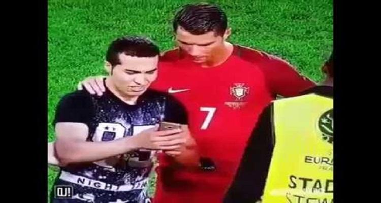 تصرف غير متوقع من رونالدو مع مُشجع إقتحم الملعب لإلتقاط صوره معه
