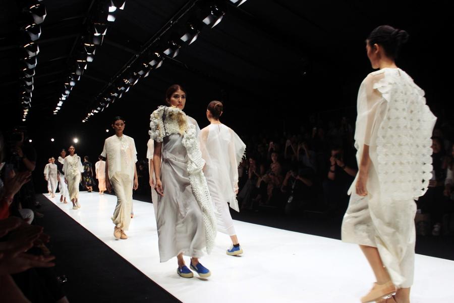 Thepengyo fashion all white collection and textures jakarta fashion week 2017 kahfiati kadar stopboris Gallery