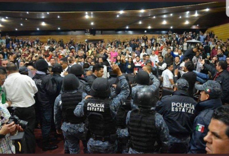 Diputados del PRI tomaron la tribuna del Congreso del estado de Hidalgo, gobernado por Omar Fayad.