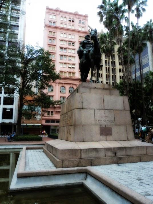 Praça da Alfândega e Clube do Comércio (prédio rosa, ao fundo)