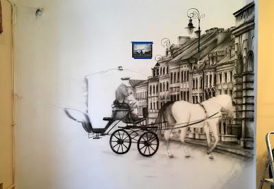 Malowanie obrazu na ścianie, za pomocą aerografu w firmie szkoleniowej, obraz ręcznie malowany na ścianie
