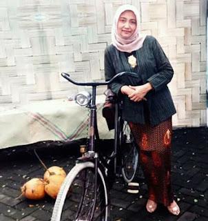 """Reny dengan sepeda onthel dalam Event """"Loemadjang Djaman Doeloe #4"""" 2018"""