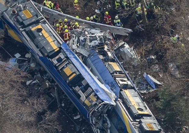 Nove mortos, em acidente de trem na Baviera, Alemanha