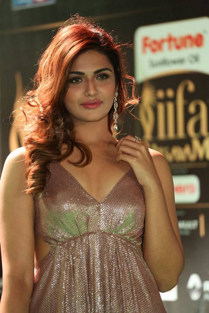 Indian Model Aarthi Stills At IIFA Awards 2017 In Pink Dress