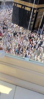 Memehati jemaah melakukan tawaf