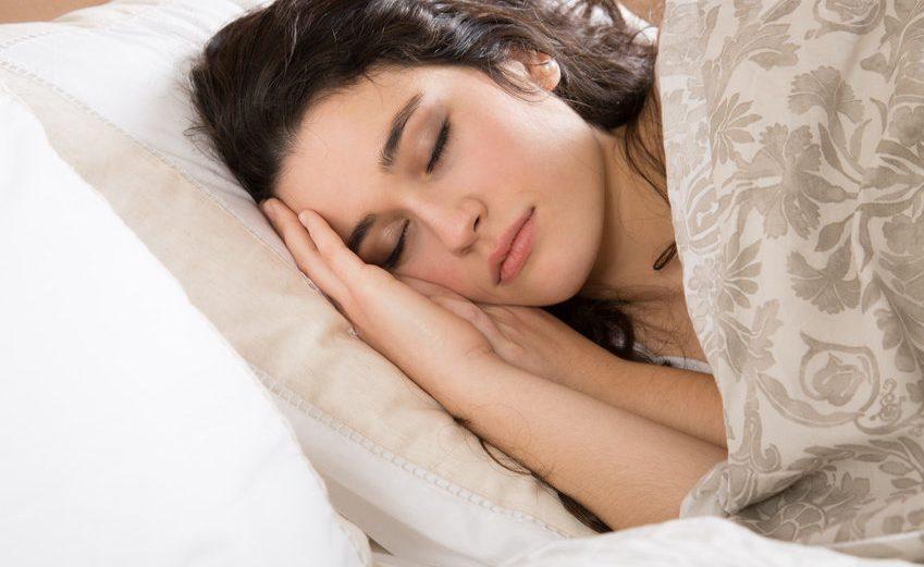 أخطار النوم بالماكياج بالليل