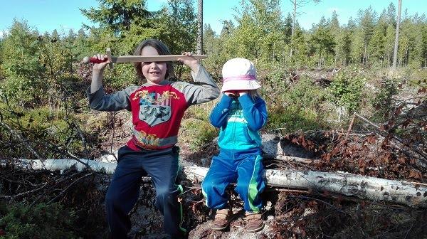 metsäretki lapset istuvat puunrungolla