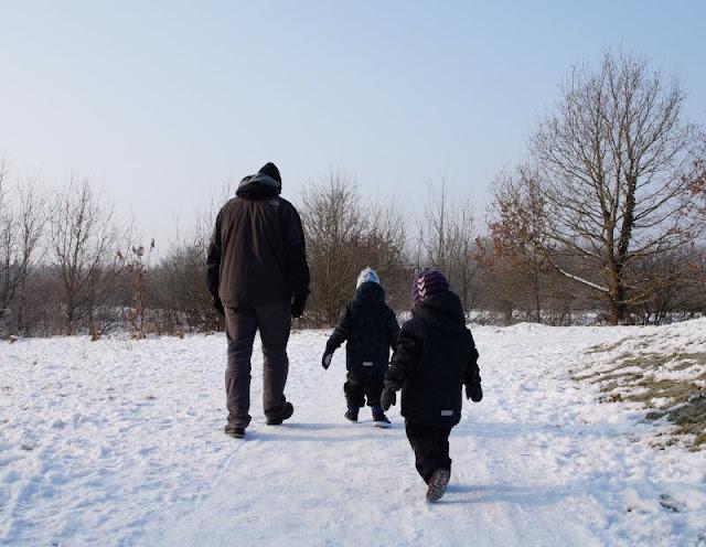 Endlich nicht mehr frieren! Die besten Ausstattungstipps für Eltern auf dem Spielplatz. Warme, wetterfeste Kleidung und nützliche Accessoires machen für Mamis und Papis das Spielen draussen angenehmer.