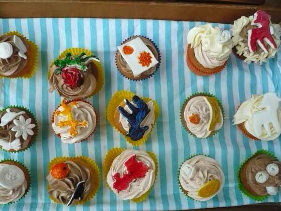 met kinderen cupcakes versieren