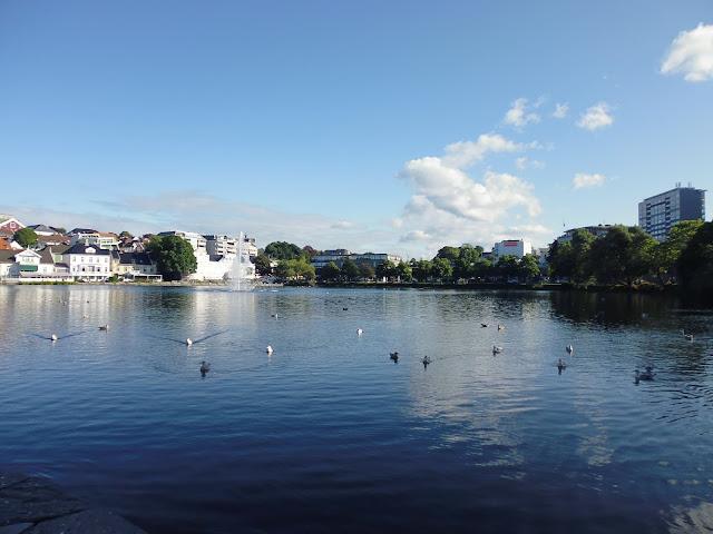 Lago Breiavatnet en el parque de la ciudad de Stavanger (@mibaulviajero)
