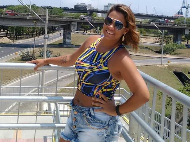 """Segundo testemunhas, Michelle foi agredida porque reagiu a cantadas do criminoso, na Ilha da Conceição, em Niterói, cidade na região metropolitana do Rio. Em resposta à reclamação, o homem golpeou a vítima com socos e um pedaço de madeira. O crime aconteceu na noite de 13 de março, um domingo. Desde então, ela estava internada no Hospital Estadual Azevedo Lima, em Niterói, em estado grave. A vítima havia sido submetida a uma cirurgia neurológica no Centro de Tratamento Intensivo (CTI), mas estava com sequelas. Michele deixa três filhos. Bruna Ferreira, irmã da vítima, lamentou a morte de Michelle. """"Ficamos muito tristes com a notícia da morte dela, porque a gente esperava sua recuperação. É revoltante saber que esses casos não têm a devida atenção que deveria. Nos outros países não é assim"""", disse."""