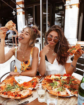 poses tumblr de amigas comiendo pizza