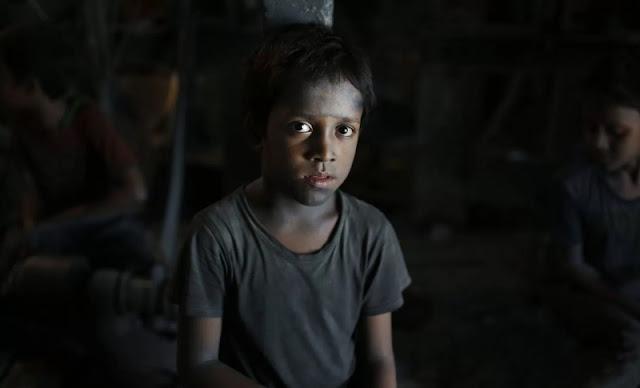 Ridoy tem 7 anos e trabalha numa fábrica, em Dhaka, que produz utensílios de metal