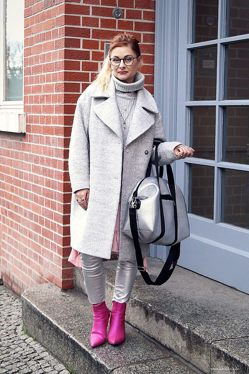 Silberne Hose, Tasche in Silber, Pinke Boots