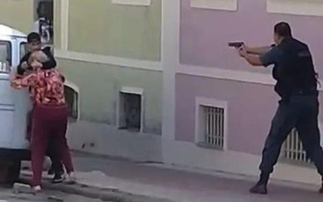 VÍDEO: Polícia mata assaltante após fazer idosa refém no RJ