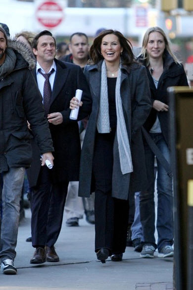 Here Are Photos Of Mariska Hargitay And Raúl Esparza On Location Today In  New York City Filming Law U0026 Order SVU.
