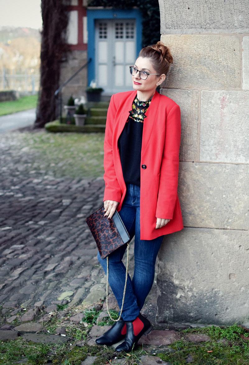 roter Blazer, schwarze, transparente Bluse, Outfit zum Valentinstag