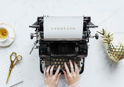 Vista aérea de un hombre escribiendo en una máquina de escribir retro