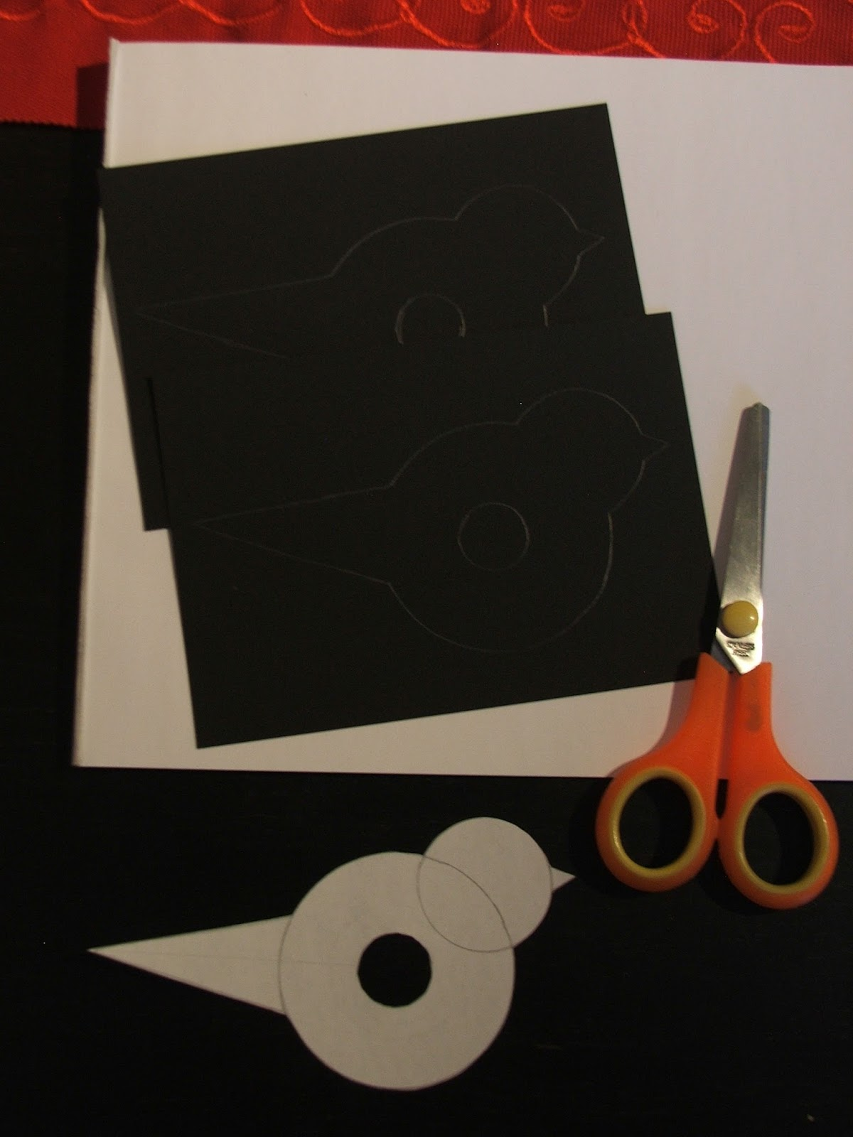 Kekseistä kintaisiin: Talvinen askartelu: Punatulkku pahvista ja langasta