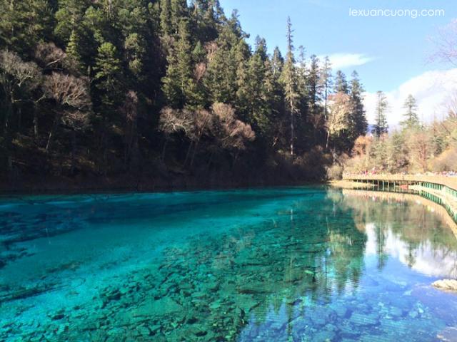 Hồ nước ngũ sắc tại khu du lịch Cửu Trại Câu