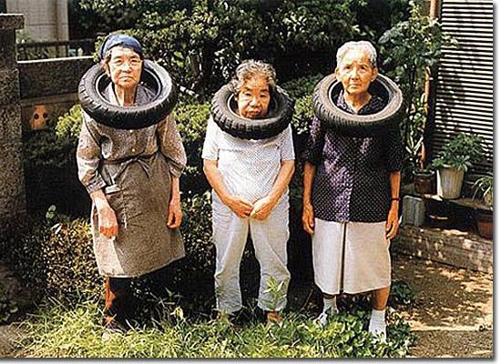 As fotos mais estranhas e inexplicáveis de todos os tempos - parte 2 - Senhorinhas com colares de pneus