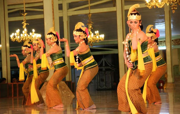 ialah tari adab khas dari kawasan Surakarta Tari Gambyong Pareanom, Asal Usul dan Penjelasan Lengkapnya