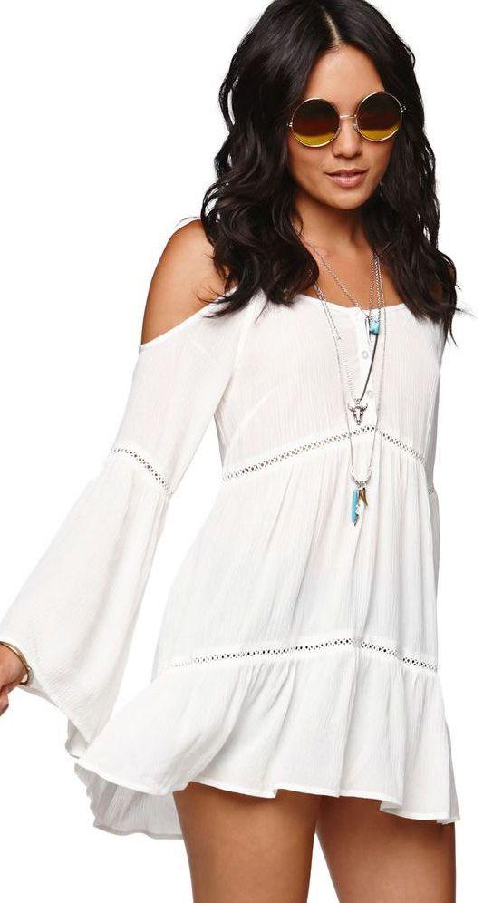 Vestido branco sem ombros num estilo muito boho