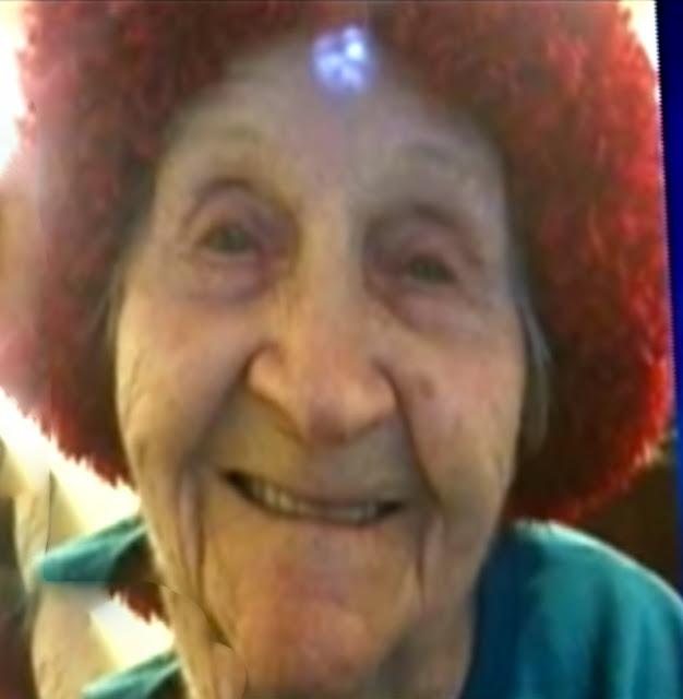 Cette infirmière enfonce un habit sale dans la bouche de cette vieille dame mais ne s'arrête pas là. La vidéo est atroce!