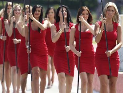 mujeres hermosas en una desfile.