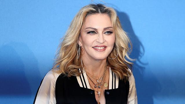 Madonna rinde homenaje al expresidente israelí con la bandera argentina