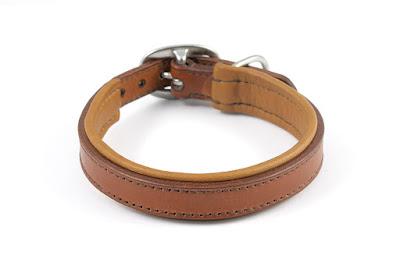 Collare imbottito in taglia M in cuoio marrone con fibbia ovale in acciaio inox fatto e cucito a mano.