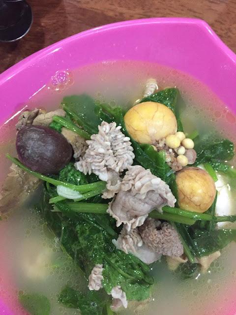 usus ayam direbus bersama sayur liar
