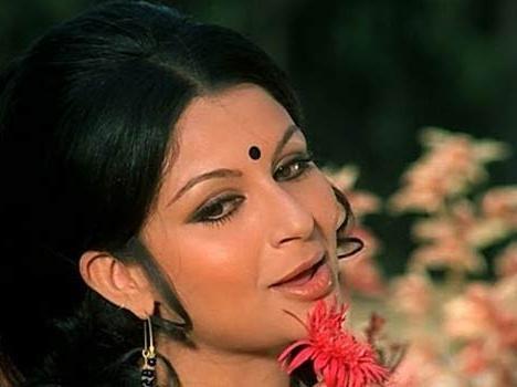 शर्मिला टैगौर ने इस वजह से रातों-रात हटा दिए थे अपने बिकिनी पोस्टर - Removed Bikini Poster