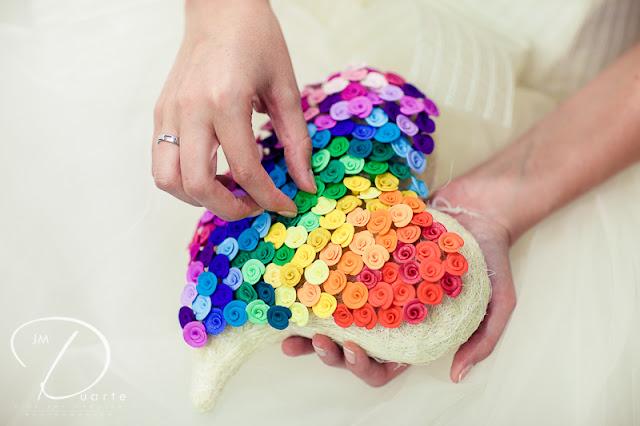 Corazon con alfileres arco iris