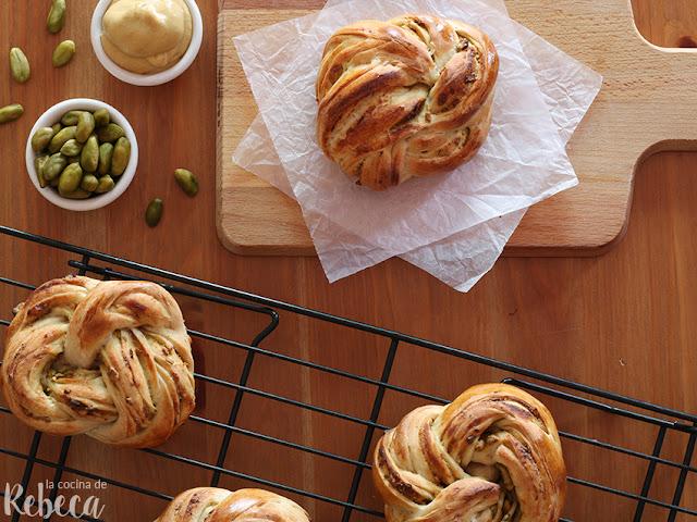 Panes trenzados de mostaza y pistachos