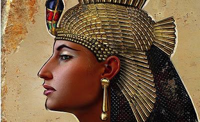 Biografi Cleopatra   Asal usul nama Kleopatra memang tidak dapat dipisahkan dari sejarah Yunani karena ia adalah saudara kandung Iskandar agung seorang raja termashur dari Macedonia. ayah mereka bernama Antiochus III seorang Raja Yunani. kleopatra menikah dengan Ptolemeus V raja mesir yang memerintah pada tahun 193SM.akhirnya nama kleoptara dijadikan nama resmi oleh beberapa Ratu dan putri keturunan Dinasti Ptolemeus.  Dalam perjalanan sejarah Mesir dibawah pemerintahan Dinasti ptolemeus,maka yang paling terkenal adalah kleopatra ke VII yang lahir pada tahun 69SM.ia putri Raja Ptolemeus XII dan mempunyai saudara laki-laki Ptolemeus XIII dan XIV.  Ketika kleopatra berusia 18 tahun ayahnya wafat,atas kesepakatan bersama maka Mesir dipimpin oleh tiga bersaudara tersebut. menurut adat istiadat Mesir perkimpoian sesama saudara harus dilakukan untuk menjaga kemurniaan darah kerajaan. maka kleopatra VII menikah dengan Ptolemeus XIII yang juga saudara laki-lakinya sendiri.  Kleopatra ke VII sebenarnya bukan seorang wanita cantik. hidungnya yang bengkok sangat merisaukan pikirannya. tetapi walaupun tidak cantik,ia memiliki daya tarik tertentu sehingga banyak kaum pria yang mengaguminya.  Sebagai keturunan kerajaan tidak sulit bagi kleopatra untuk memperoleh pendidikan tinggi ditambah lagi dengan kepandaiannya yang cukup tinggi menyebabkan kleopatra mampu mengembangkan dirinya ditengah-tengah kaum pria. ia