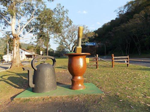 Monumento: A cuia e a chaleira, e a Porteira do Rio Grande